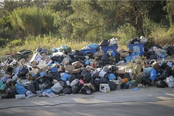 Έχει «πνιγεί» στα σκουπίδια η Κέρκυρα! - Έχουν σχηματιστεί χωματερές που έχουν κλείσει όλα τα πεζοδρόμια!