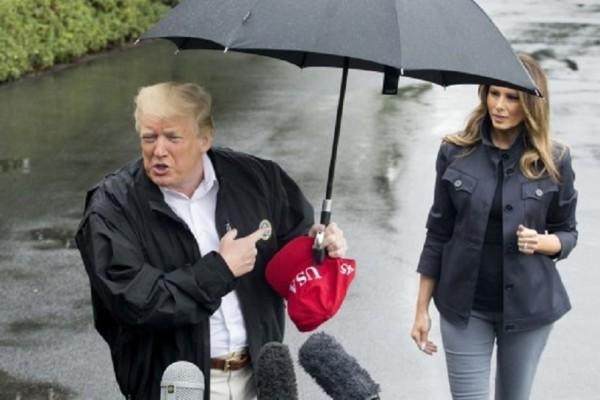 Ο ιππότης... Ντόναλντ Τραμπ ξαναχτύπησε! -  Παράτησε την Μελάνια στην βροχή για να μιλήσει στους δημοσιογράφους!