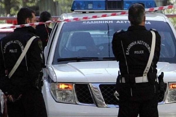 Συμβαίνει τώρα: Άνδρας απειλεί να πέσει από σκαλωσιά στο Μοναστηράκι!