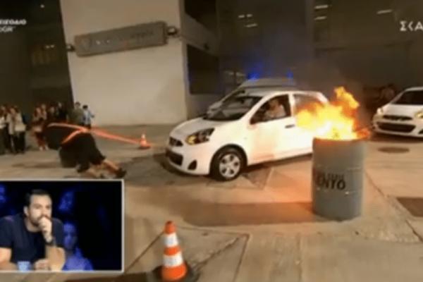 Ελλάδα έχεις ταλέντο:Τρομερό! Μετακίνησε τρία αυτοκίνητα μόνος του (video)