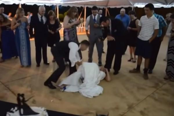 Απρόσεκτος γαμπρός: Πήγε να κάνει πλάκα στη νύφη και τελικά τη γκρέμισε (video)