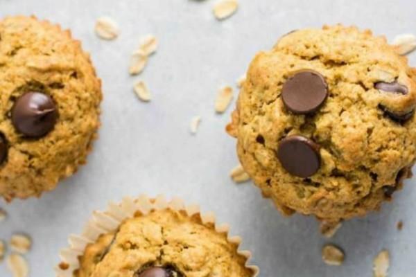 Πεντανόστιμα muffins με κομματάκια σοκολάτας χωρίς βούτυρο και αλεύρι