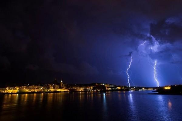 Η φωτογραφία της ημέρας: Κεραυνοί σκίζουν τον ουρανό της Βαλέτας!