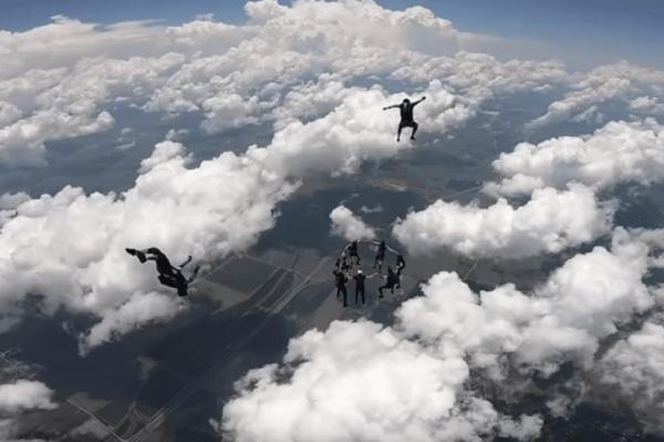 Tολμηροί αλεξιπτωτιστές - Έκαναν «δαχτυλίδι» στα σύννεφα