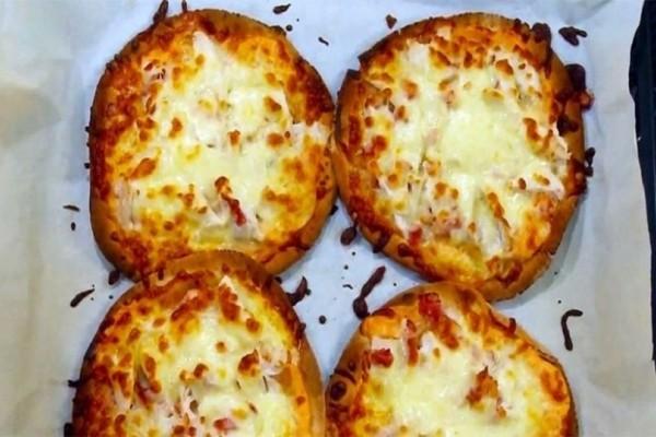 Ατομικές πίτσες με κοτόπουλο, μπέικον και τυρί!