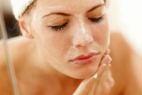 Κορίτσια δώστε βάση: Φυσικό scrub για το πρόσωπο με μαγειρική σόδα!