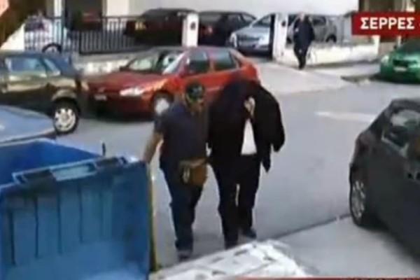 Σέρρες: Στον ανακριτή κουκουλωμένος και με χειροπέδες ο καθηγητής! (video)