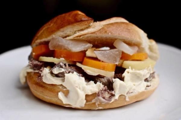 Amandine: Τα bagel εδώ είναι μαστιχωτά και μπορείς να τους βάλεις μέσα... ό,τι θέλεις!