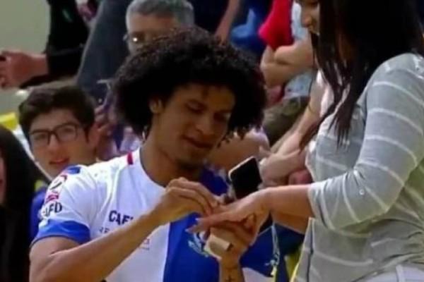 Έβαλε γκολ και το πανηγύρισε με πρόταση γάμου στην αγαπημένη του (video)