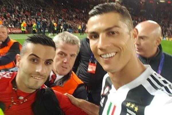Η απίστευτη selfie του Ρονάλντο με οπαδό που εισέβαλε στο γήπεδο (video)