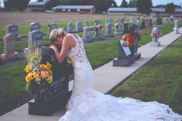 Φόρεσε το νυφικό της και πήγε στο νεκροταφείο. Μόλις δείτε γιατί το έκανε, θα ξεσπάσετε σε κλάματα