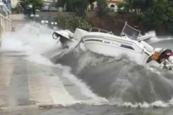 Συγκλονιστικό βίντεο από την Επίδαυρο: Δείτε πώς τα κύματα πετάνε τα σκάφη!