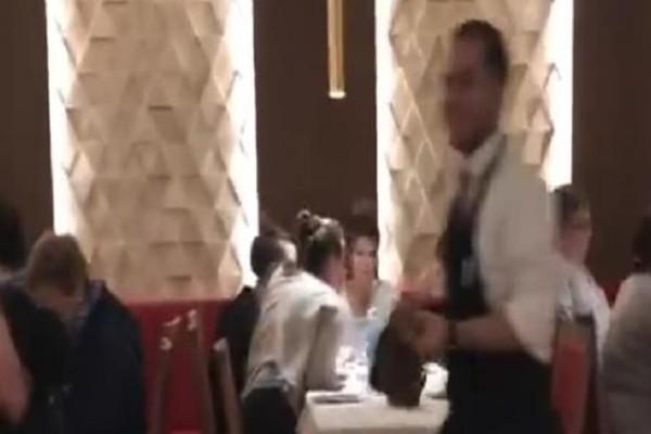 Θεοί: Οι Ιταλοί τρώνε πίτσα σε πλημμυρισμένο εστιατόριο! (video)