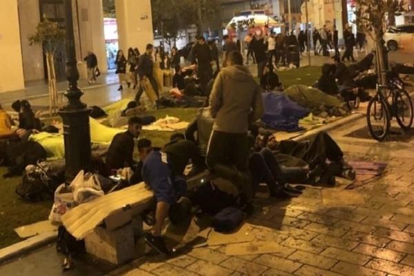 Μετανάστες έχουν στήσει σλίπινγκ μπαγκς στην πλατεία Αριστοτέλους!