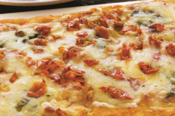 Πίτσα με πέστο βασιλικού, μοτσαρέλα και λιαστές ντομάτες!