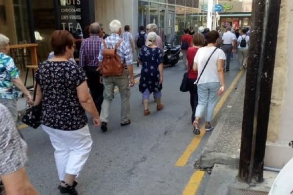 Κρήτη: Το καλοκαίρι είναι ακόμα εδώ! - Τουρίστες γεμίζουν τα σοκάκια (photos)