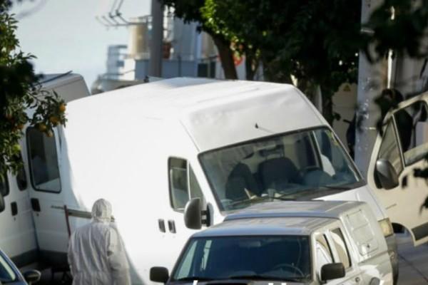 Η στιγμή που αστυνομικοί μεταφέρουν τη βόμβα από το σπίτι του Ντογιάκου (video)