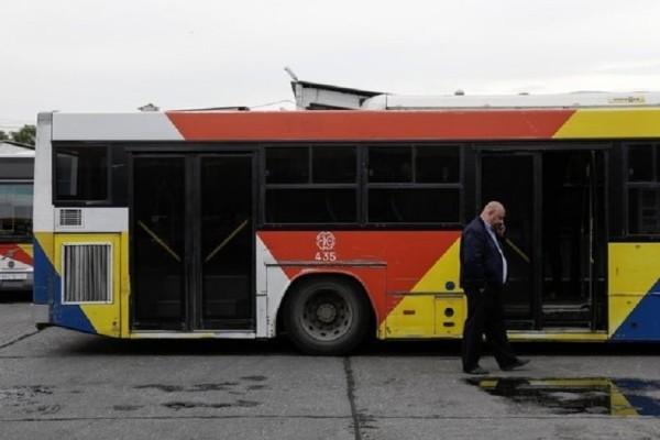 Απίστευτο τροχαίο με λεωφορείο του ΟΑΣΘ: Έπεσε πάνω σε αυτοκίνητα - Έχασε τις αισθήσεις του ο οδηγός