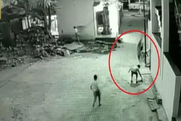 Σοκαριστικό βίντεο: Αγόρι έπεσε από τον τρίτο όροφο και σώθηκε! (video)