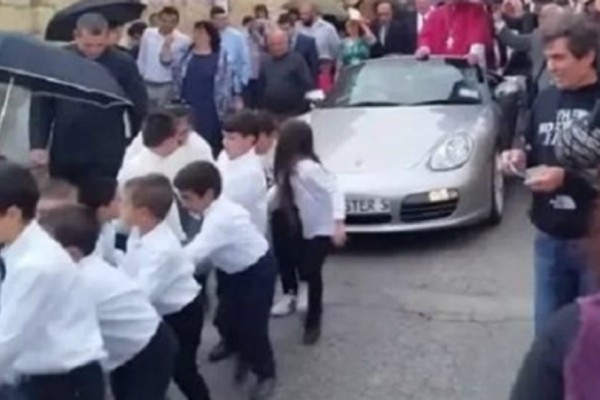 Σάλος: Ιερέας  έβαλε παιδιά να τραβούν την Πόρσε του με σχοινιά ενώ χαιρετούσε το πλήθος!