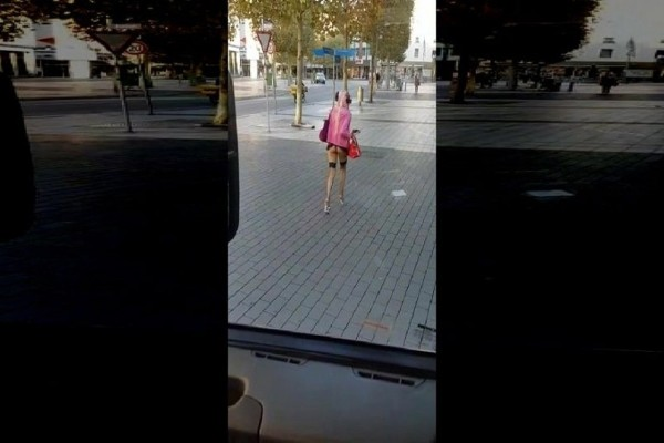 Επικό βίντεο: Γυναίκα περπατά ημίγυμνη στον δρόμο σαν να μη συμβαίνει τίποτα!