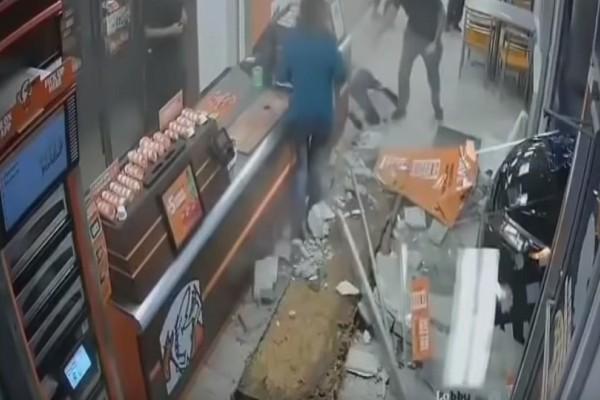 Βίντεο σοκ: Αυτοκίνητο καρφώθηκε στην είσοδο εστιατορίου!