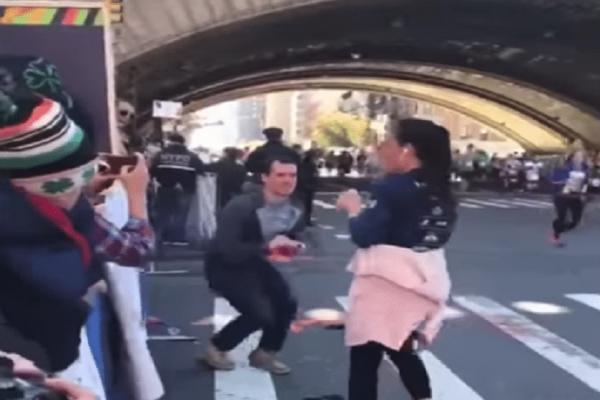 Της έκανε πρόταση γάμου κι εκείνη πήρε το δαχτυλίδι και έφυγε! (Video)