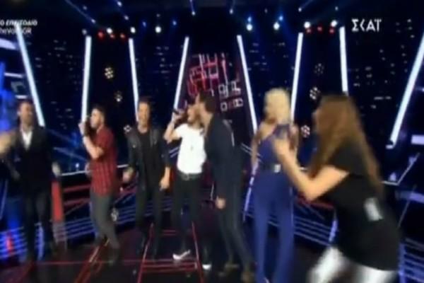 The Voice: Πάρτι στη σκηνή! Ανέβηκαν πάνω οι coaches και ξεκίνησαν τους χορούς (video)