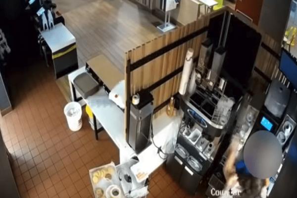 Τι άλλο θα δούμε πια: Άγριο ξύλο σε McDonald's για την κέτσαπ! (Video)