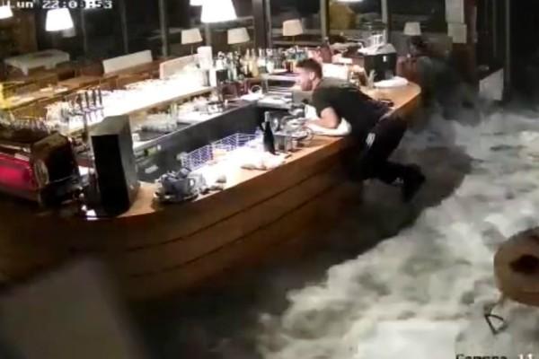 Απίστευτα πλάνα από κάμερες ασφαλείας δείχνουν κύματα να καταστρέφουν ιταλικο εστιατοριο!