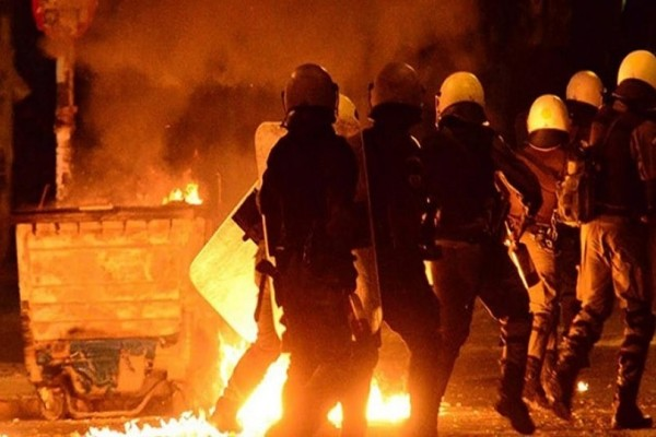 Πόλεμος στο κέντρο: Μολότοφ στα Εξάρχεια, κρότου-λάμψης στη ΓΑΔΑ! (video)