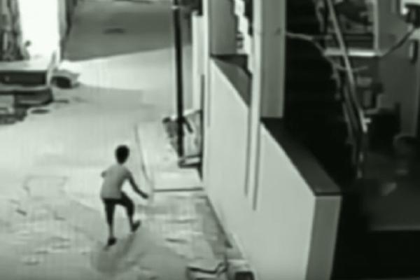 Συγκλονιστικό βίντεο: Αγόρι έπεσε από ύψος 12μ και δεν έπαθε τίποτα!