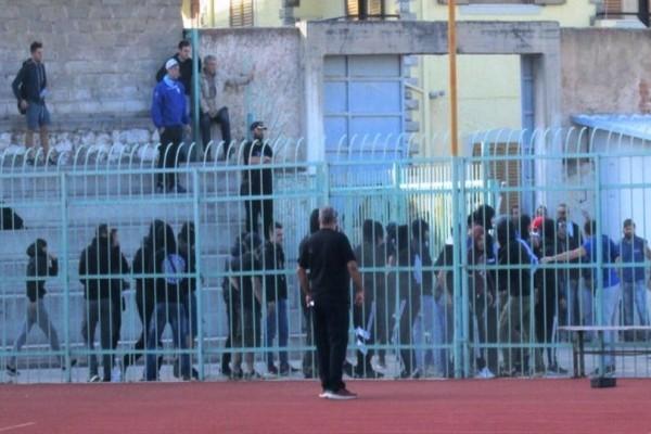 Επεισόδια στη Χαλκίδα: Ξύλο μεταξύ αστυνομικών και οπαδών! (video)
