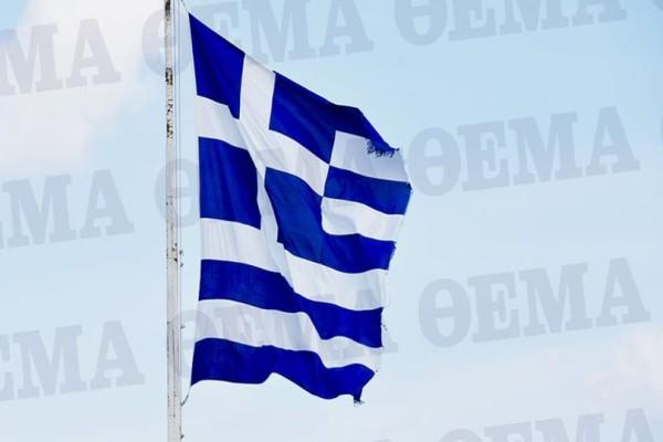 Ξεφτίλα: Η ελληνική σημαία στην Ακρόπολη είναι σκισμένη και κανείς δεν την έχει αλλάξει! (photos)