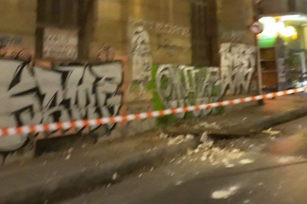 Πλάκα: Κατέρρευσε μαρκίζα διατηρητέου κτιρίου (photos)
