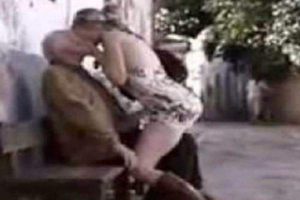 Σταματάει ξαφνικά και φιλάει τον παππού στο στόμα! (video)
