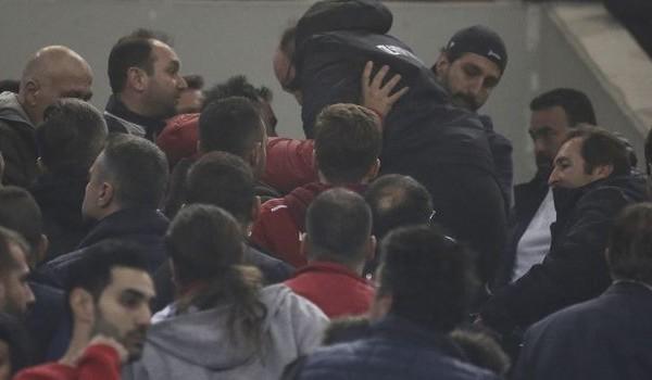 Τραγωδία στο Φάληρο: Πέθανε ο οπαδός του Ολυμπιακού που έπαθε ανακοπή καρδιάς στο ντέρμπι!