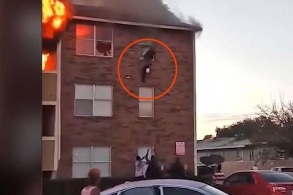 Σοκαριστικό βίντεο: Γονείς πετούν μωρό από το παράθυρο διαμερίσματος που φλέγεται