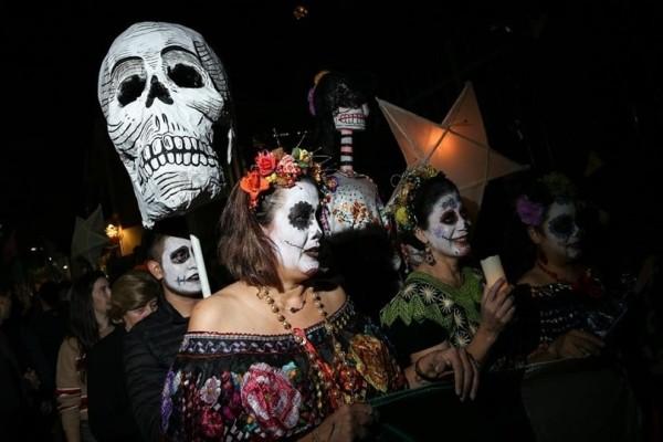 Η φωτογραφία της ημέρας: Η μεξικάνικη Μέρα των Νεκρών γιορτάζεται με παρέλαση στο Μοναστηράκι!