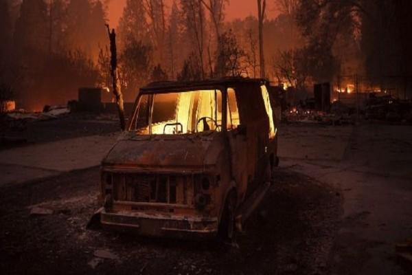 Απίστευτο βίντεο: Οδηγός προσπαθεί να ξεφύγει από την πυρκαγιά στην Καλιφόρνια!
