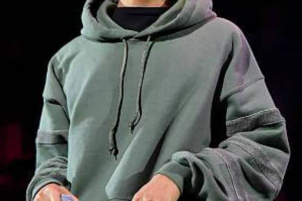 Γνωστός τραγουδιστής αποκάλυψε στην σκηνή πως έχει σχέση με... νεαρό συνάδελφο του!