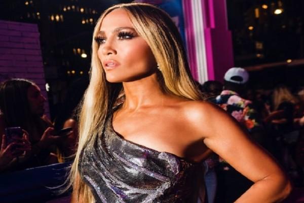 Jennifer Lopez: Η τραγουδίστρια ποζάρει στα 49 της πιο γυμnή από ποτέ! (Photo)