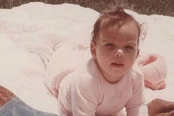 Την αναγνωρίσατε; To μωρό της φωτογραφίας είναι πασίγνωστη τηλεπερσόνα!