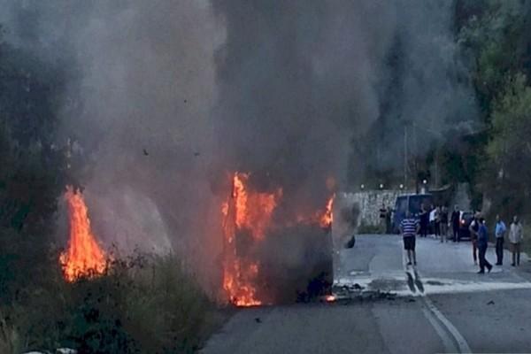 Σοκ στη Λευκάδα: Τυλίχτηκε στις φλόγες το ΚΤΕΛ!