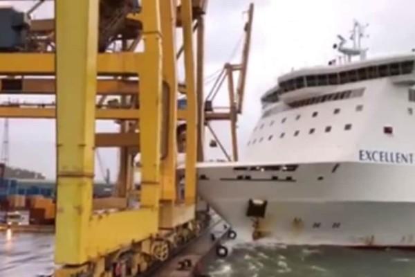 Βίντεο που κόβει την ανάσα: Πλοίο προσέκρουσε στο λιμάνι και
