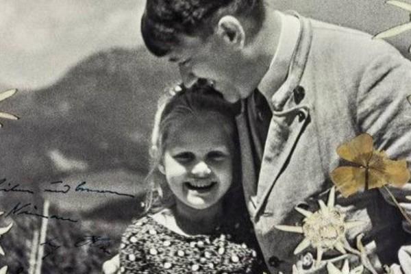 Το φιλί του Χίτλερ σε μια Εβραία! H συγκλονιστική ιστορία πίσω από αυτή την φωτογραφία!