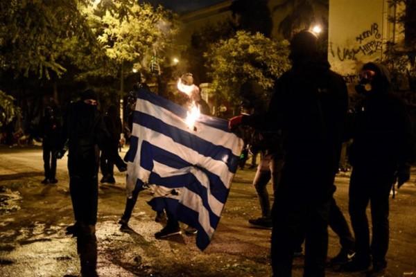 Εξάρχεια: Η στιγμή της ντροπής! Κουκουλοφόροι καίνε την Ελληνική σημαία (Photos)