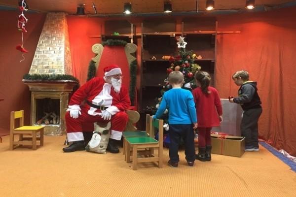 Κι όμως, συνέβη: Δασκάλα απολύθηκε γιατί είπε στους μαθητές ότι δεν υπάρχει Άγιος Βασίλης!