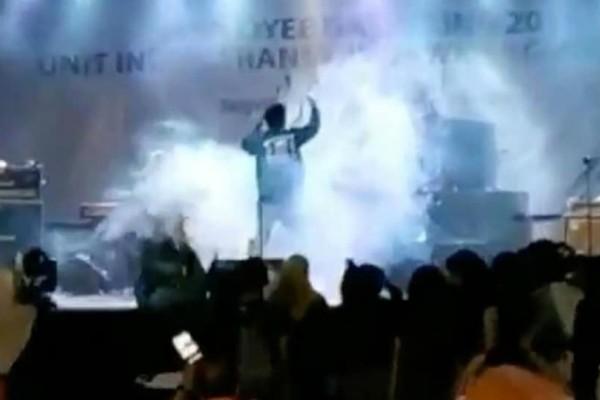 Βίντεο σοκ: Η στιγμή που το τσουνάμι «χτυπάει» τα μέλη ροκ συγκροτήματος στη σκηνή