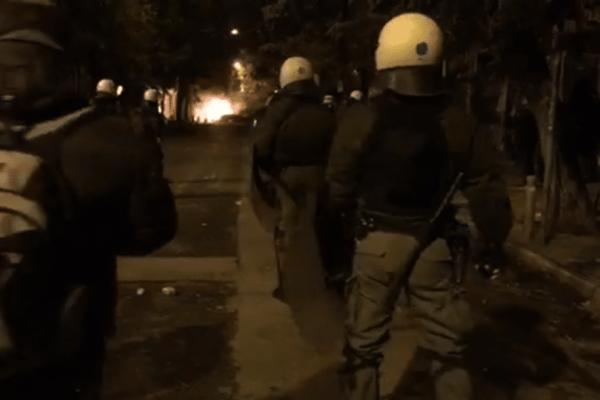 Πανικός στα Εξάρχεια: Ξεκίνησαν οι συγκρούσεις! (video)